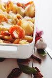 Pasta al forno di Conchiglioni con gli srimps, il formaggio e la salsa crema fotografie stock