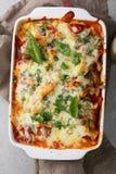 Pasta al forno nel piatto di cottura Fotografia Stock