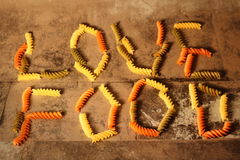 Pasta - alimento di amore - su fondo di pietra fotografia stock libera da diritti