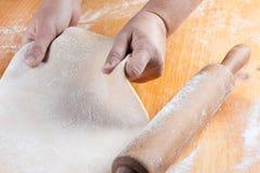 Pasta allungata con un perno di rotolamento immagine stock libera da diritti