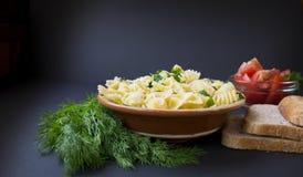 Pasta, aneto verde, pomodori e pane Immagini Stock Libere da Diritti