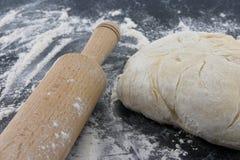 Pasta appena preparato su un bordo di legno Matterello e farina Fotografia Stock Libera da Diritti