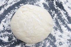 Pasta asperjada con la harina. Imagen de archivo libre de regalías