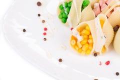 Pasta beskjuter välfyllt med grönsaker Arkivfoto