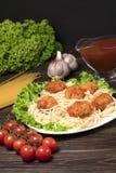 Pasta bolognese degli spaghetti con salsa al pomodoro, le verdure e la carne tritata - pasta italiana sana casalinga su di legno  immagine stock libera da diritti