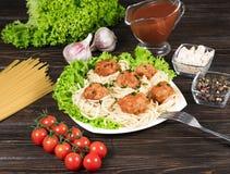Pasta bolognese degli spaghetti con salsa al pomodoro, le verdure e la carne tritata - pasta italiana sana casalinga su di legno  fotografie stock