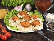 Pasta bolognese degli spaghetti con salsa al pomodoro, le verdure e la carne tritata - pasta italiana sana casalinga su un di leg fotografie stock libere da diritti