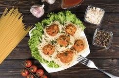 Pasta bolognese degli spaghetti con salsa al pomodoro, le verdure e la carne tritata - pasta italiana sana casalinga su un di leg immagini stock libere da diritti