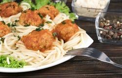 Pasta bolognese degli spaghetti con salsa al pomodoro, le verdure e la carne tritata - pasta italiana sana casalinga su un di leg fotografie stock