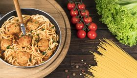 Pasta bolognese degli spaghetti con salsa al pomodoro, le verdure e la carne tritata - pasta italiana sana casalinga su un di leg immagine stock