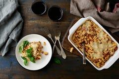 Pasta Bolognese e vino sulla vecchia tavola di legno Immagine Stock Libera da Diritti