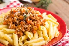 Pasta bolognese Spagetti tjänade som med en sås av den jordnötköttkött, tomaten, löken, moroten och timjan Fotografering för Bildbyråer