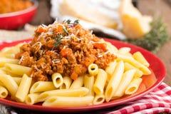 Pasta bolognese Spagetti tjänade som med en sås av den jordnötköttkött, tomaten, löken, moroten och timjan Arkivbild
