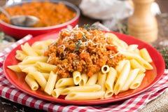 Pasta bolognese Pasta tjänade som med en sås av den jordnötköttkött, tomaten, löken, moroten och timjan Arkivbild