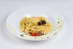 Pasta calda del piatto su fondo bianco Fotografia Stock