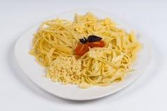 Pasta calda del piatto su fondo bianco Fotografie Stock