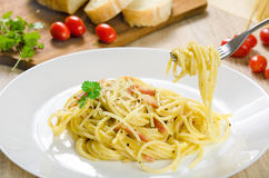 Pasta Carbonara con bacon su un piatto bianco Fotografie Stock