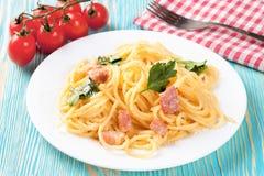 Pasta Carbonara i den vita plattan Royaltyfria Bilder