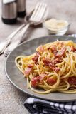 Pasta Carbonara med bacon och parmesan royaltyfria foton