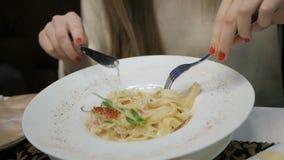 Pasta Carbonara med skinka och ost stock video
