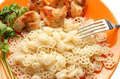 Pasta, carne e prezzemolo sulla zolla arancione fotografia stock libera da diritti