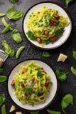 Pasta casalinga con i piselli, il pesto degli spinaci e le salsiccie Isolato su fondo bianco Alimento sano Fondo fotografie stock libere da diritti