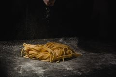 Pasta casalinga cruda italiana fresca Mani che producono pasta spaghetti Spaghetti italiani freschi Primo piano del processo di f immagini stock libere da diritti