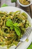 Pasta casalinga degli spinaci con il pesto Immagini Stock