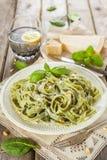 Pasta casalinga degli spinaci con il pesto ed il parmigiano Immagine Stock Libera da Diritti