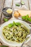 Pasta casalinga degli spinaci con il pesto ed il parmigiano Immagini Stock