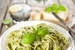 Pasta casalinga degli spinaci con il pesto ed il parmigiano Fotografia Stock