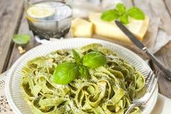 Pasta casalinga degli spinaci con il pesto ed il parmigiano Fotografia Stock Libera da Diritti