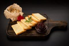 Pasta casalinga del pollo dal fegato o dal patè con pane intero affettato, servito in un barattolo di vetro su un bordo di legno  immagini stock libere da diritti