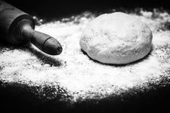 Pasta casalinga della pizza con il matterello sulla tavola di legno Fotografia Stock