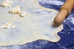 Pasta casalinga dello strudel o di Phyllo con formaggio ed il matterello fotografia stock