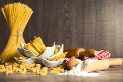 Pasta casalinga in piccole ciotole bianche Immagine Stock Libera da Diritti