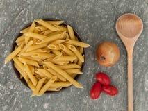 Pasta, cipolla e pomodori ciliegia Immagini Stock Libere da Diritti
