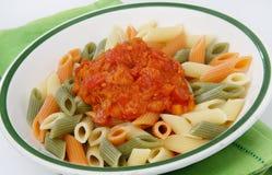 Pasta colorata con la salsa di pomodori Fotografie Stock Libere da Diritti