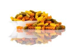 Pasta colorata di Fusilli Doppia Rigatura isolata su fondo bianco Fotografia Stock