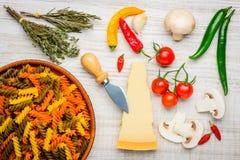Pasta colorata e Vegtables di Fusilli Fotografia Stock Libera da Diritti