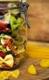 Pasta colorata nella vista superiore del barattolo di vetro Fotografia Stock Libera da Diritti