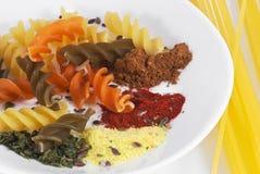 Pasta colorata sulla zolla con spaghetti Fotografia Stock Libera da Diritti