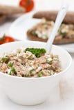 Pasta com atum, queijo caseiro e aneto em uma bacia Imagens de Stock