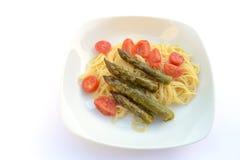 Pasta con asparago ed i pomodori verdi Fotografia Stock