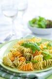 Pasta con asparago servito sul pranzare esterno immagine stock libera da diritti