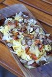 Pasta con bacon ed i tartufi su un piatto di legno Immagini Stock Libere da Diritti