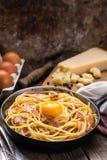 Pasta con bacon, l'uovo ed il formaggio Immagini Stock
