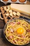 Pasta con bacon, l'uovo ed il formaggio fotografia stock
