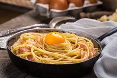 Pasta con bacon, l'uovo ed il formaggio Immagini Stock Libere da Diritti