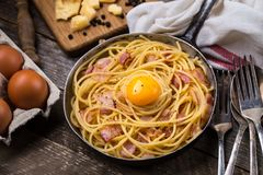 Pasta con bacon, l'uovo ed il formaggio Fotografia Stock Libera da Diritti
